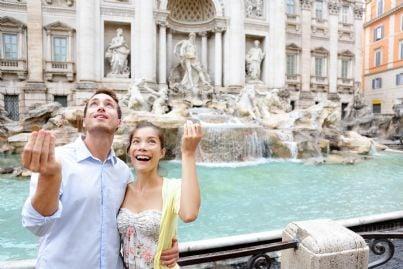 turisti lanciano monetine nella Fontana di Trevi a Roma
