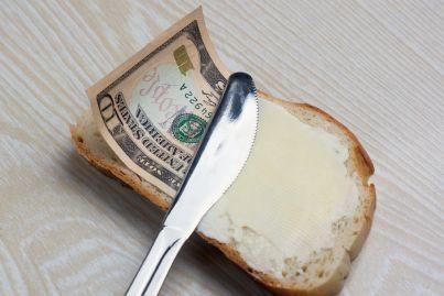 spalmare formaggio e denaro con coltello su pane