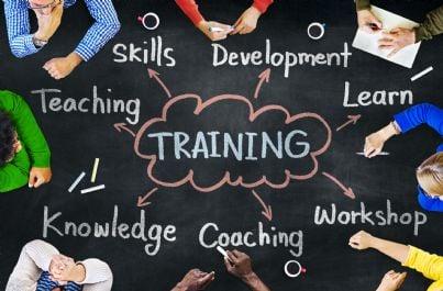 persone intorno a tavolo che fanno formazione e training