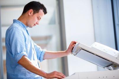 uomo che fotocopia libri