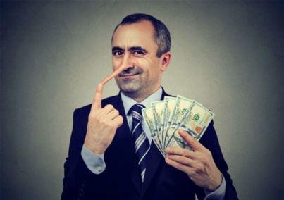 uomo con naso da bugiardo tiene soldi in mano