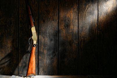 fucile appoggiato alla parete