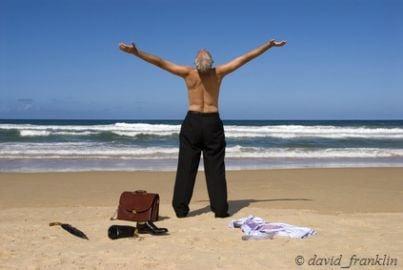 Uomo sulla riva del mare