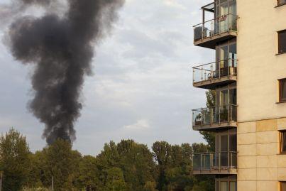 nuvola di fumo di fronte a palazzo condominiale