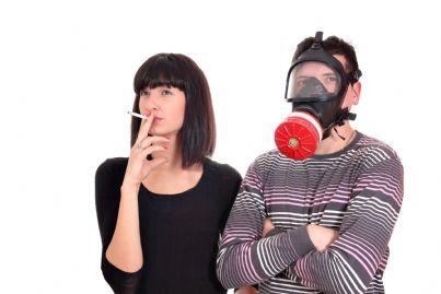 uomo maschera per evitare fumo passivo