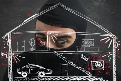 ladro che cerca di pianificare furto