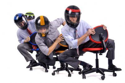dirigenti azienda vestiti come motociclisti per gara appalto