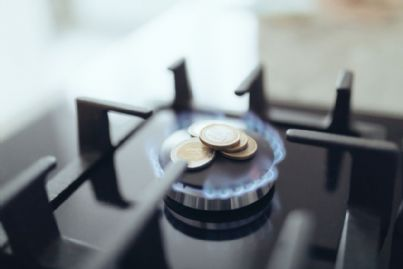fornello gas con soldi concetto di bolletta cara