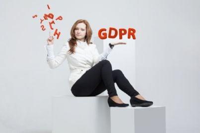 donna con lettere gdpr e privacy