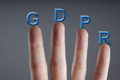 mano con lettere gdpr regolamento privacy europeo