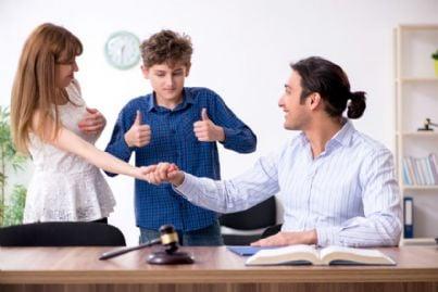 genitori responsabili trovano accordo per affido figlio dopo divorzio