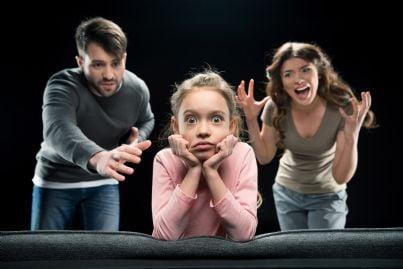 genitori e figlia lottano per affido dopo divorzio