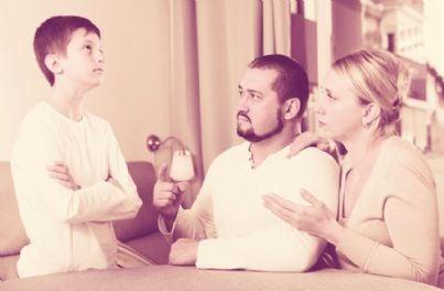 genitori seri rimproverano figlio