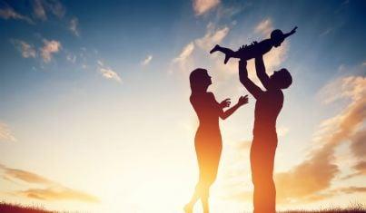 Genitori che giocano con un bambino