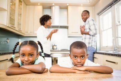 genitori che litigano di fronte ai figli