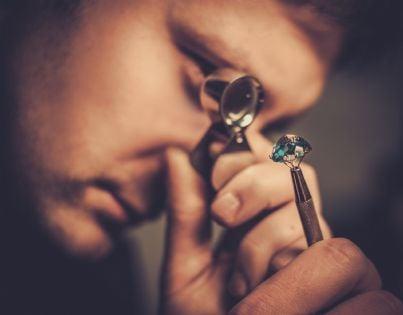 gioielliere esamina anello