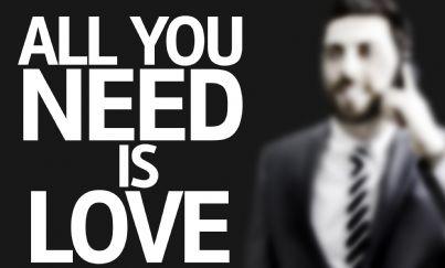 uomo affari sullo sfondo scritta su amore