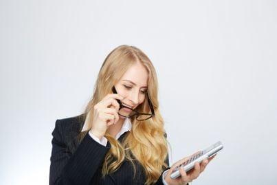 giovane donna imprenditrice con calcolatrice in mano