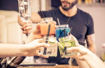 giovani che bevono alcool concetto movida