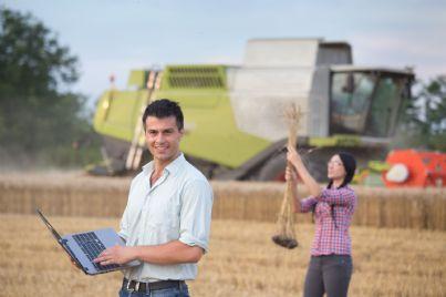 giovani contadini su terreno agricolo