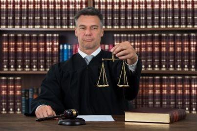 giudice tiene bilancia