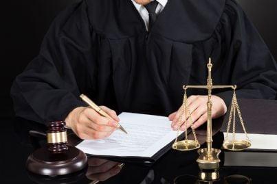 Giudice con toga e altri simboli della giustizia