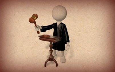 giudice di plastilina con martello su sfondo di carta
