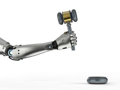 giudice robot con martello
