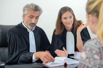 un giudice uomo e un giudice donna ascoltano testimone
