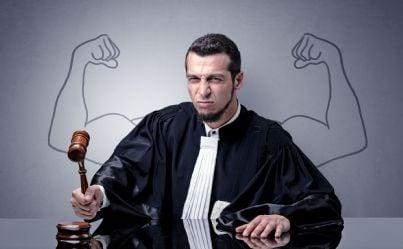 giudice arrabbiato con martello e muscoli