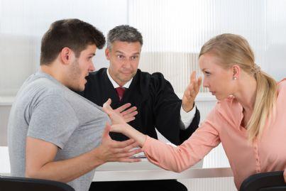 coppia che litiga di fronte al giudice