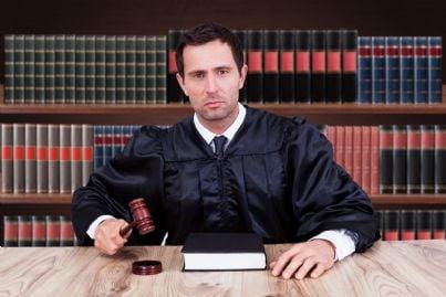 giudice serio batte martello evoca presa decisione