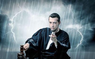 giudice arrabbiato con martello e sfondo di tempesta e fulmini