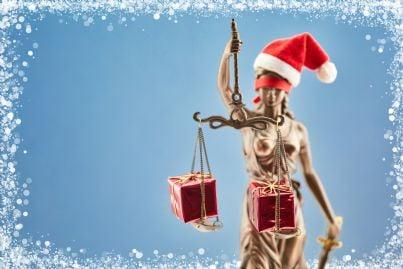 icona della giustizia addobbata per Natale