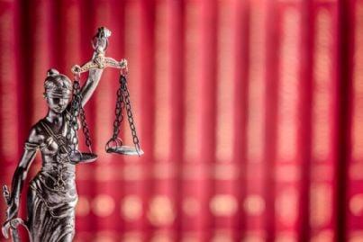 dea della giustizia bendata e con la bilancia
