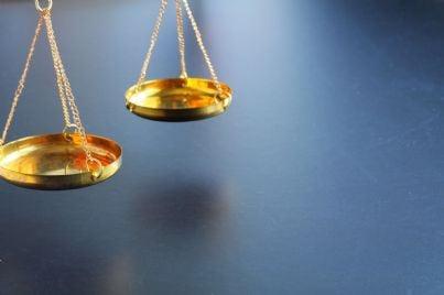 piatti bilancia in equilibrio simbolo di giustizia