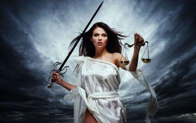 Femida, la Dea della Giustizia, con bilancia e spada