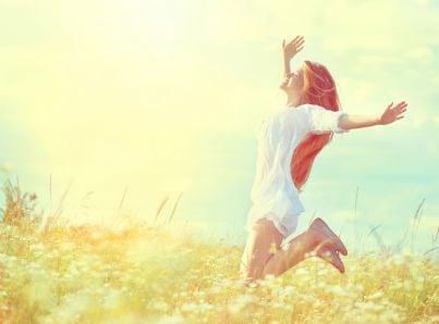 Donna che salta felice di gioia