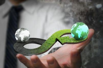 mano che mostra risultati green economy