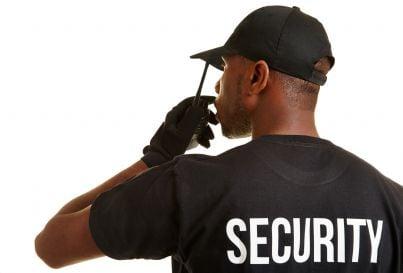 addetto sicurezza che parla alla ricetrasmittente