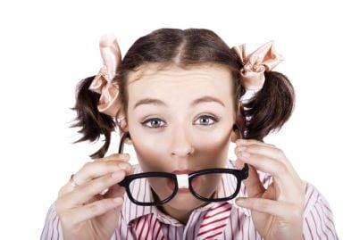 donna con occhiali spessi alla guida