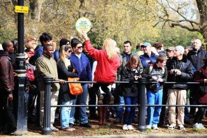 guida turistica che conduce gruppo di turisti