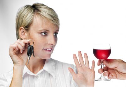Ragazza che rifiuta vino mostrando chiavi dell'auto