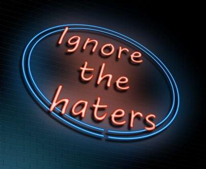 insegna con su scritto ignora gli haters
