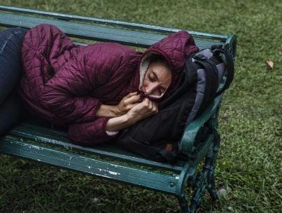 donna senza casa dorme su una panchina