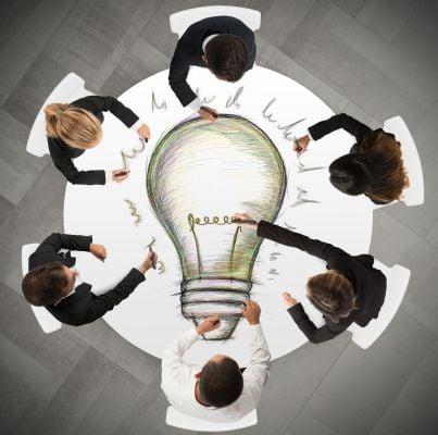 creatori di idee intorno a un tavolo
