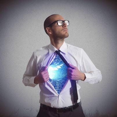 uomo con digitale sotto la camicia simbolo evoluzione internet
