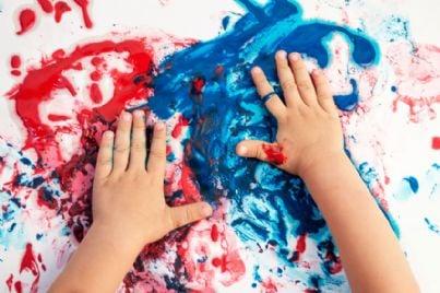 mani di bambino che sporcano con pittura a colori