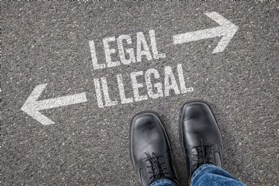 scarpe da uomo di fronte a scelta direzione legale e illegale