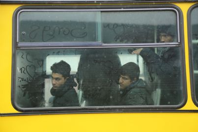 immigrati stranieri su autobus